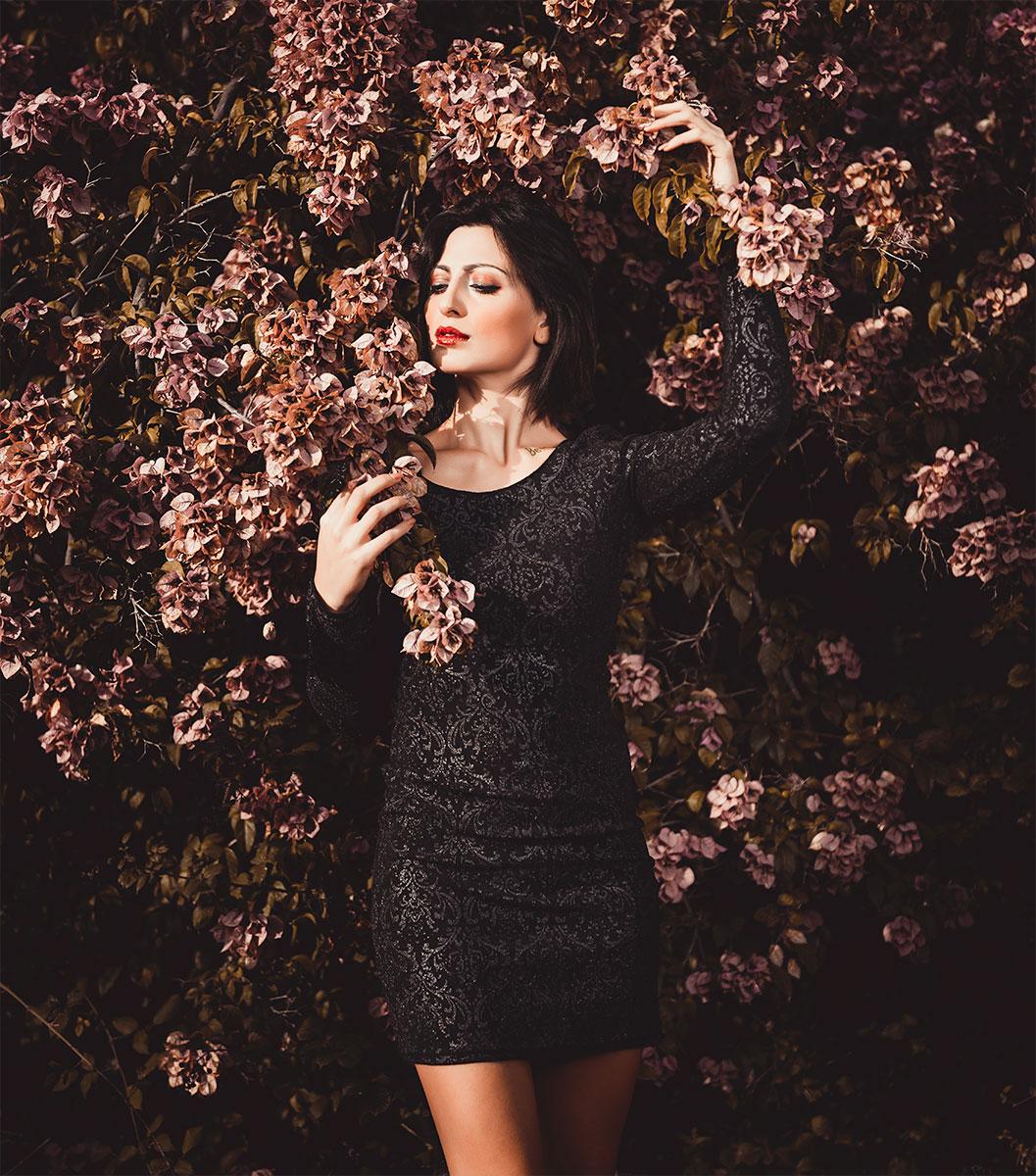 modella posa tra fiori in autunno