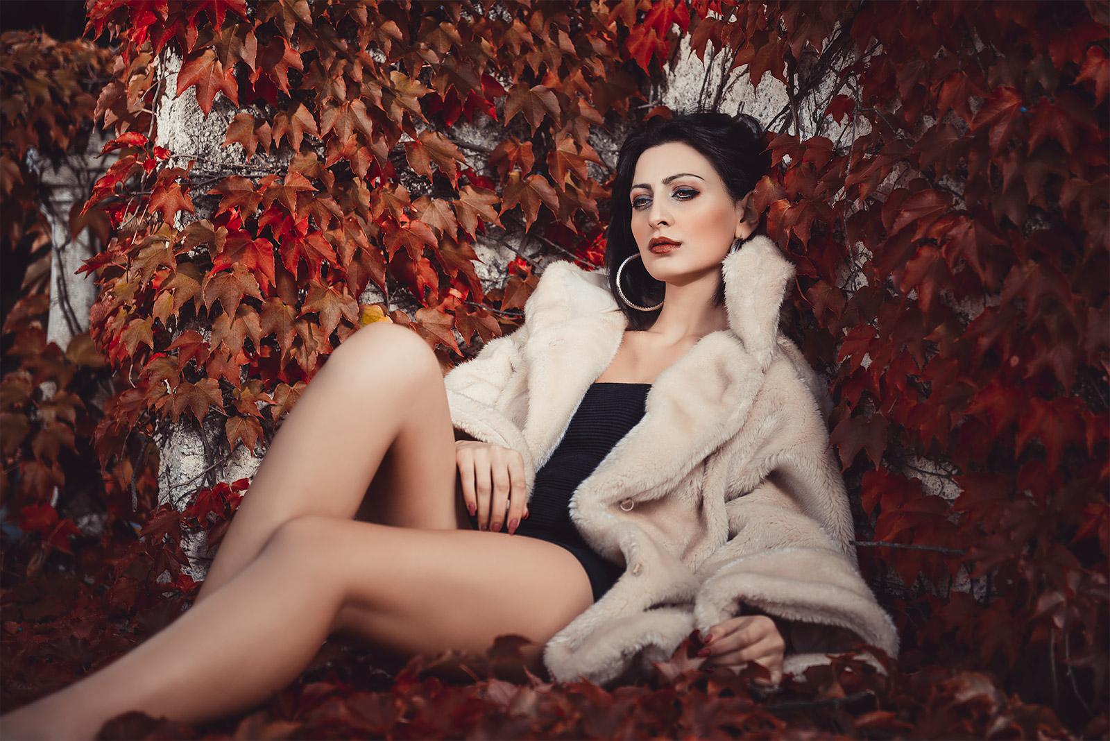 modella Arvila tra le foglie d'autunno in pelliccia